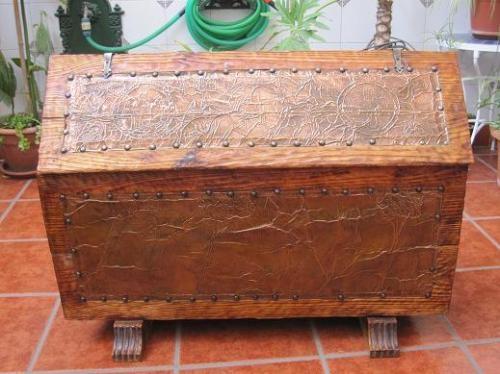 Baul de madera tipo arcon muy antiguo repujado en cobre.