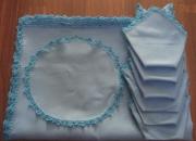 Mantel azul y servilletas rematados a ganchillo