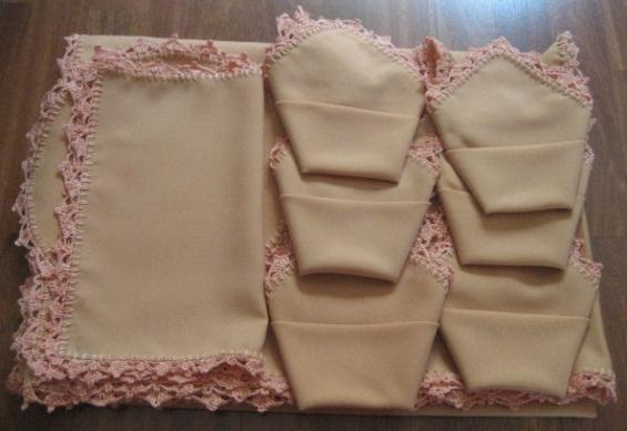 Mantel salmon y servilletas rematados a ganchillo