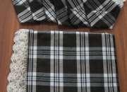 Mantel marron de cuadros rematado a ganchillo