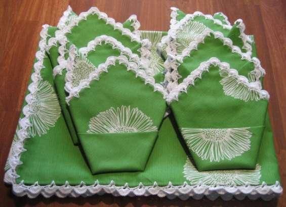 Mantel verde con flores blancas rematado a ganchillo