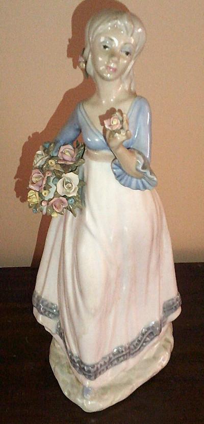 Figura de joven con flores
